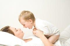 Glücklicher Junge auf Mutter Lizenzfreies Stockfoto