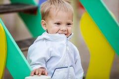 Glücklicher Junge auf Spielplatz Lizenzfreie Stockfotografie