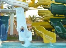 Glücklicher Junge auf Wasserrutschen Stockfotografie