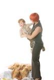 Glücklicher Junge in den Mamahänden stockfoto