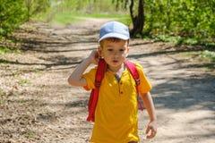 Glücklicher Junge an den Sommerferien Tätigkeiten im Freien, Tourismus stockbild