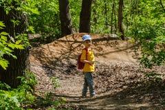 Glücklicher Junge an den Sommerferien Tätigkeiten im Freien, Tourismus stockfotografie