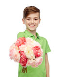 Glücklicher Junge, der Blumenbündel hält Lizenzfreies Stockfoto