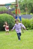 Glücklicher Junge, der in den Park läuft Stockfotografie