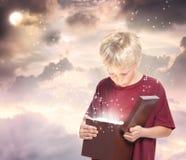 Glücklicher Junge, der einen Geschenk-Kasten öffnet Lizenzfreies Stockbild