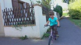 Glücklicher Junge, der Fahrrad in einem Park fährt stock video