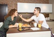 Glücklicher Junge, der ihre Freundin in einem Frühstück einzieht Lizenzfreies Stockfoto