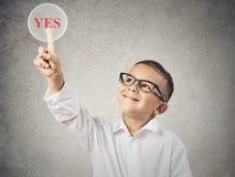 Glücklicher Junge, der ja Knopf berührt Lizenzfreies Stockfoto