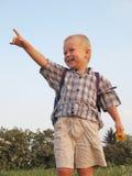 Glücklicher Junge in der Landschaft Stockfoto