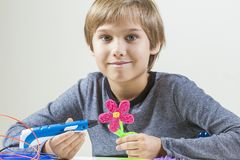 Glücklicher Junge, der mit Stift 3D schafft lizenzfreie stockbilder