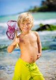 Glücklicher Junge, der Spaß am Strand hat Lizenzfreies Stockfoto