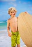 Glücklicher Junge, der Spaß am Strand im Urlaub hat Stockfotografie