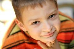 Glücklicher Junge in der Strickjacke Lizenzfreies Stockbild