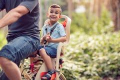 Glücklicher Junge des Familiensports und des gesunden Lebensstils auf Fahrrad im Park Lizenzfreie Stockfotos