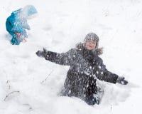 Glücklicher Junge an einem Schneetag Stockfotos