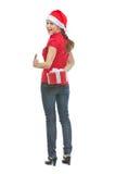 Glücklicher junge Frau versteckender Weihnachtsgeschenkkasten Lizenzfreies Stockfoto