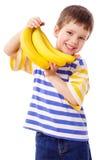Glücklicher Junge hält ein Bündel Bananen an Lizenzfreie Stockfotos