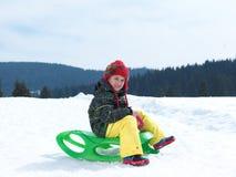 Glücklicher Junge haben Spaß auf Winter vacatioin auf frischem Schnee Lizenzfreies Stockfoto