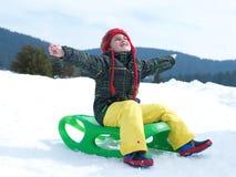 Glücklicher Junge haben Spaß auf Winter vacatioin auf frischem Schnee Stockfoto