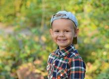 Glücklicher Junge im Herbstwald Stockfoto