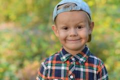 Glücklicher Junge im Herbstwald Lizenzfreies Stockfoto
