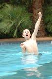 Glücklicher Junge im Pool Stockbild