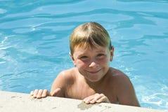 Glücklicher Junge im Pool Stockfotografie