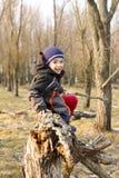 Glücklicher Junge im Wald Stockfotografie