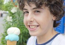 Glücklicher Junge isst Ä°ce-Creme Stockbilder