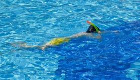 Glücklicher Junge ist im Swimmingpool Stockfotos