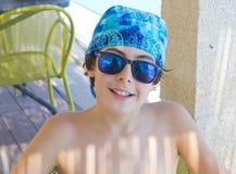 Glücklicher Junge ist am Pool Stockfotos