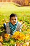 Glücklicher Junge mit Ahornblattblumenstrauß Lizenzfreies Stockbild