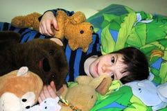 Glücklicher Junge mit Bären Stockbilder