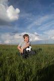 Glücklicher Junge mit Ball draußen stockfotografie