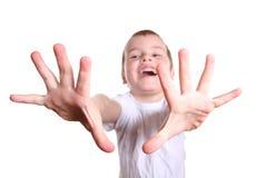 Glücklicher Junge mit den Fingern Stockfotografie
