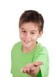 Glücklicher Junge mit der leeren Hand lizenzfreie stockfotos