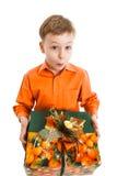 Glücklicher Junge mit einem Präsentkarton lächelt lokalisiert Lizenzfreies Stockfoto