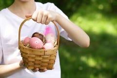 Glücklicher Junge mit festlichen Ostereiern stockbild