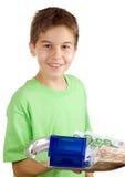 Glücklicher Junge mit Geld und Haus auf dem Tellersegment lizenzfreie stockfotografie