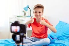 Glücklicher Junge mit Kameraaufnahmevideo zu Hause Lizenzfreie Stockfotografie