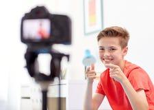Glücklicher Junge mit Kameraaufnahmevideo zu Hause Lizenzfreie Stockfotos