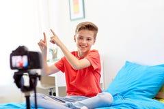 Glücklicher Junge mit Kameraaufnahmevideo zu Hause Lizenzfreie Stockbilder