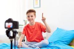 Glücklicher Junge mit Kameraaufnahmevideo zu Hause Stockfotos
