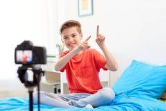 Glücklicher Junge mit Kameraaufnahmevideo zu Hause Stockfoto