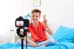 Glücklicher Junge mit Kameraaufnahmevideo zu Hause Stockbilder