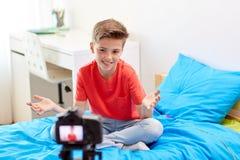 Glücklicher Junge mit Kameraaufnahmevideo zu Hause Stockfotografie