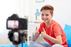 Glücklicher Junge mit Kameraaufnahmevideo zu Hause Lizenzfreies Stockbild