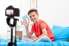 Glücklicher Junge mit Kameraaufnahmevideo zu Hause Stockbild