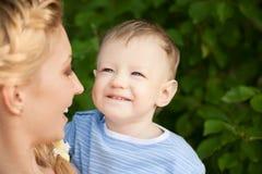 Glücklicher Junge mit Mamma Lizenzfreie Stockbilder