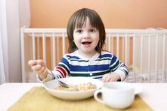 Glücklicher Junge mit Suppe Lizenzfreies Stockbild